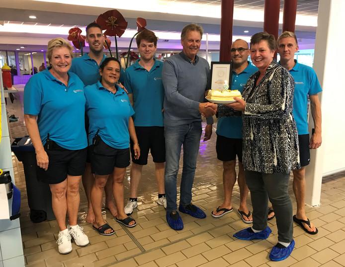 Wethouder Hetty Veneklaas feliciteert de medewerkers van 't Kikkerfort.