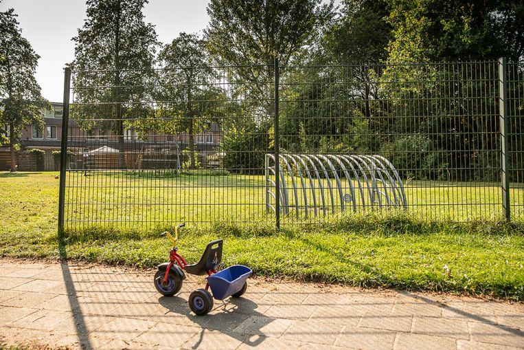 De speeltuin in de wijk Peelo in Assen waar een man overleed die een jong meisje onzedelijk zou hebben bejegend. Hij werd door omwonenden overmeesterd. Beeld Harry Cock / de Volkskrant