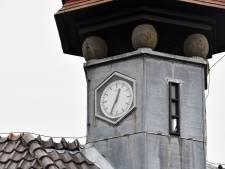 Wijzers van de klok in het torentje oude Wilderinkschool Hengelo lopen weer