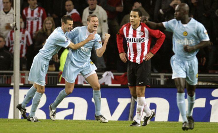 PSV speelde zaterdag in de eredivisie tegen Roda JC. Roda-speler Andres Oper viert zijn 2-0. Davy de Fauw feliciteert hem (L). PSV'er Otman Bakkal baalt. Foto ANP/Ed Oudenaarden Beeld