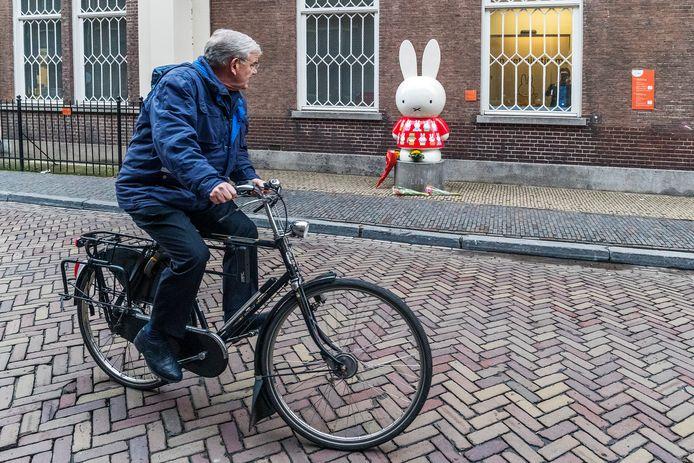 In februari 2017 overleed Dick Bruna. Van Zanen, op karakteristieke pose op zijn fiets, rijdt voorbij het nijntje-museum.