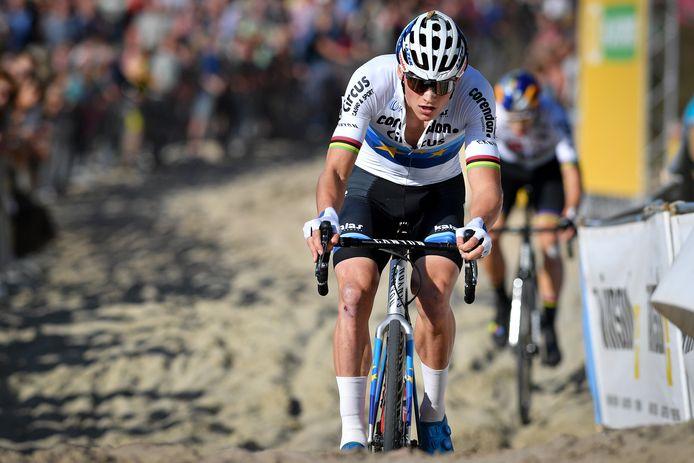 Mathieu van der Poel laat Wout van Aert ter plaatse.