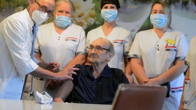"""""""Meegevallen? Heb je me niet zien schreien?"""": 's Lands grootste woonzorgcentrum start met vaccineren, en de primeur is voor oudste bewoner Aloïs (101), die meteen mopje tapt"""