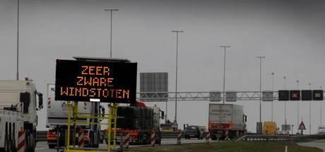 Storm: waarschuwing voor weggebruikers, minder treinen tussen West-Brabant en Randstad