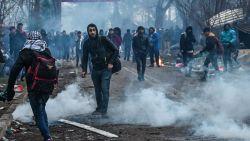 Duizenden migranten bestormen Griekse grens nadat Erdogan laat begaan, politie antwoordt met traangas