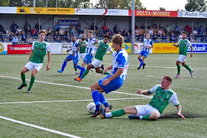 Steve Schalkwijk wordt onderuit gehaald door VVOG-speler Jeffrey Snijders maar krijgt geen strafschop.