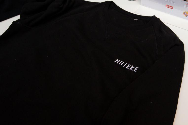 Te koop op het congres: t-shirts met Rousseau-jargon als 'mateke' en 'ni fokke me mij'.