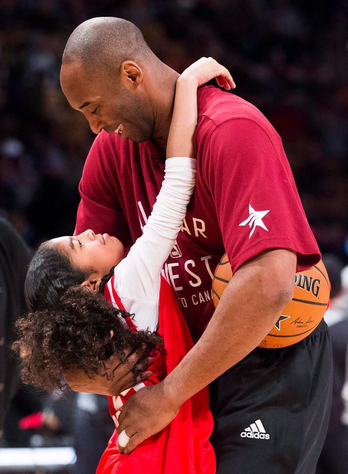 Foto uit 2016: Kobe Bryant knuffelt zijn dochter Gianna voor een NBA All Star-wedstrijd.
