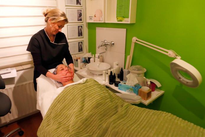 Tamara Böck krijgt een massagebehandeling van schoonheidsspecialiste Patricia Veltmaat.