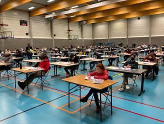 Examens tijdens corona: zwoegende studenten in sporthal De Ommegang en zaal De Bron