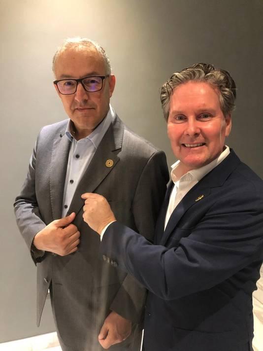 Commissioner general Hans Sandee van het Nederlands consulaat Dubai bevestigt deelname van de burgervader met een speldje.