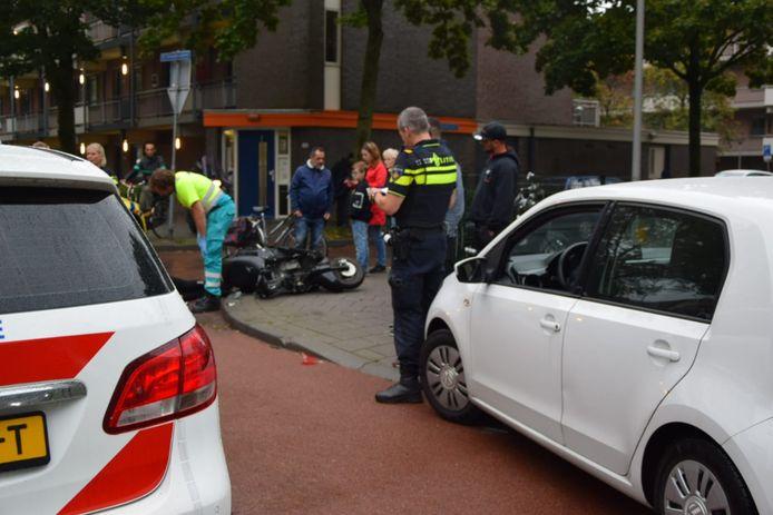 De scooterrijder krijgt eerste hulp in Arnhem.