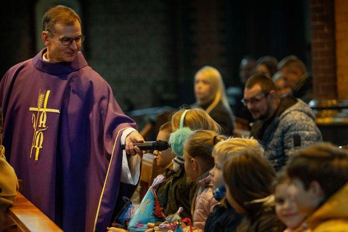 Pastoor Krzystov Obiedzi in gesprek met kinderen in de Trudokerk.