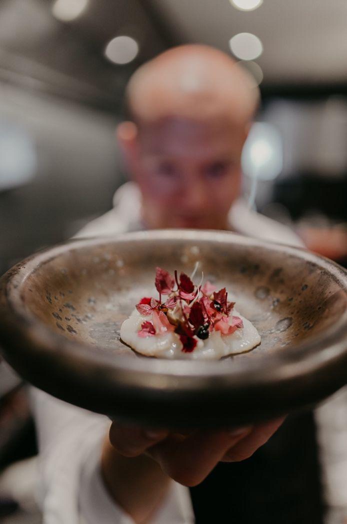 Signatuurgerecht: Handgedoken coquille, bereidingen van aardpeer, gepekelde ui en vinaigrette op basis van sambai-azijn.
