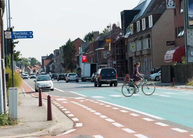 Aan de Spoorzate steken dagelijks heel veel fietsers de N403 over. De oversteekplaats heeft een fel groen kleurtje, maar snelheidsremmers of (politie)toezicht zijn er niet.