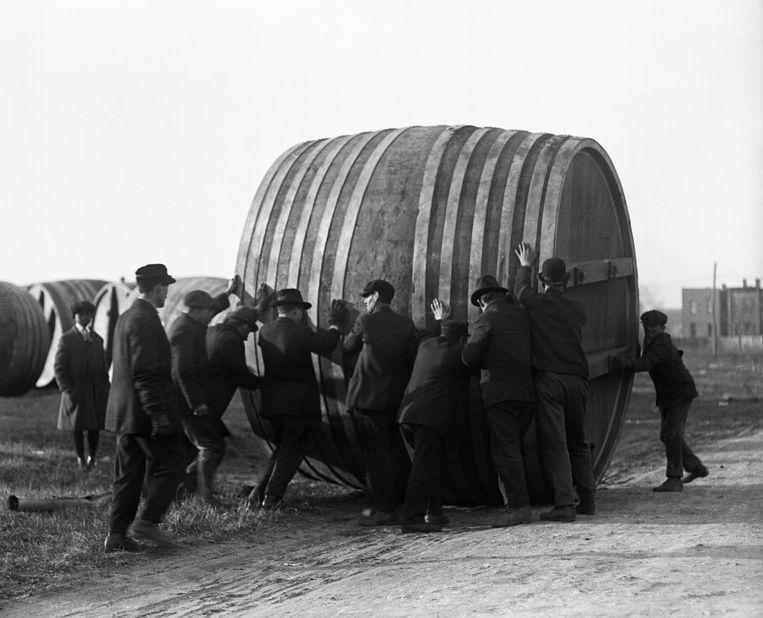 Jaren twintig: een bierbrouwerij in Washington DC stapt na de drooglegging over op het maken van ijs. Medewerkers rollen de biervaten het bedrijfspand uit om plaats te maken voor de nieuwe apparatuur.  Beeld Bettmann