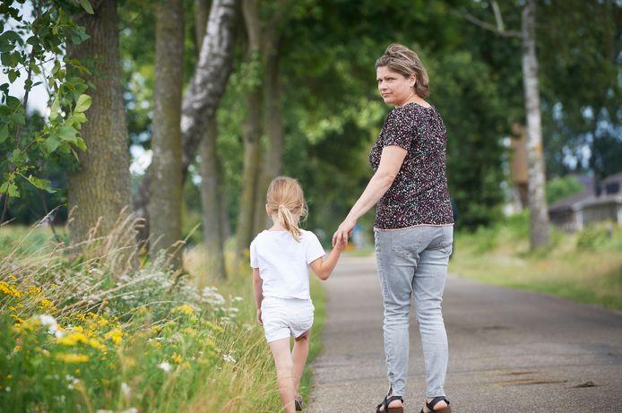 Anna Ramanovic (42)  met dochter Emmie uit Uden verloor in één week haar moeder, oom en broer aan corona hier op de plek in Vorstenbosch waar ze vaak met haar moeder wandelde.