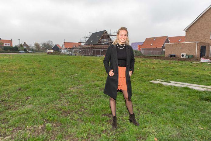 Aniek de Hond bij de nieuwbouwwijk West-Kraayertpolder, die snel volloopt. Meer huizen zijn volgens haar en veel andere dorpsbewoners nodig.