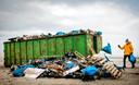 Een container vol spullen die zijn aangespoeld op het strand van Terschelling nadat het vrachtschip MSC Zoe 270 containers was verloren.