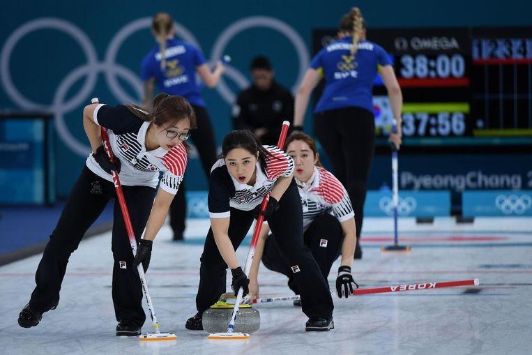 Het curlingteam van Korea. Beeld afp