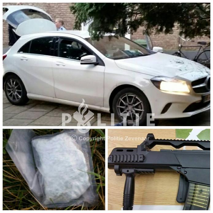 De auto, drugs en het wapen van de aangehouden verdachten.