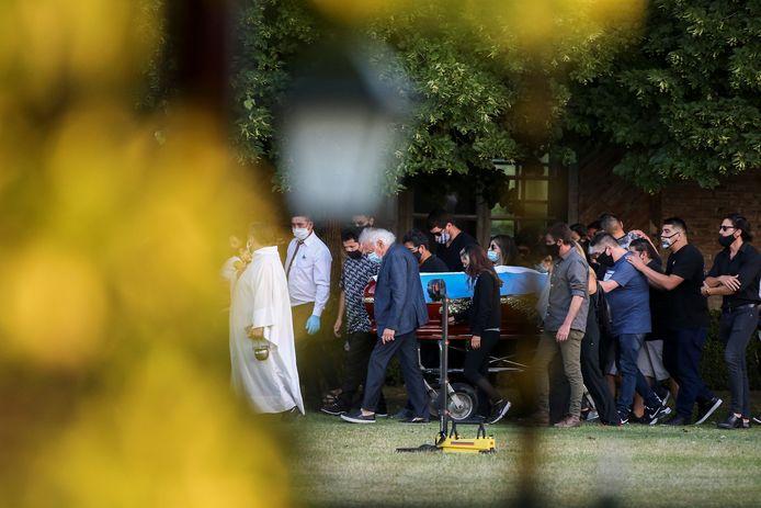 Zijn familie en naasten begeleidden hem naar zijn graf.