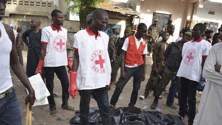 Reddingswerkers op de plek van een explosie in Maiduguri op 30 mei. Beeld ap