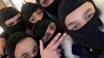"""""""We leven nog, coronabroeders"""": Antwerpse rapper pronkt met foto van kameraden die op elkaar gepropt staan"""