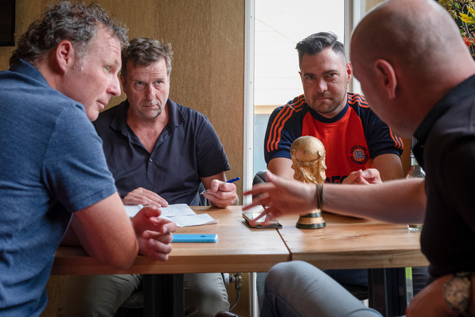 Wessel Penning interviewt sportverslaggevers Mikos Gouka, Sjoerd Mossou en Maarten Wijffels over hun belevenissen op de afgelopen wk's. Foto Joost Hoving