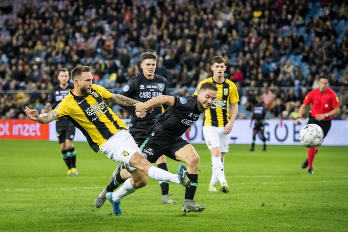 Tim Matavz in duel met Aaron Meijers van ADO Den Haag. De spits speelt met Slovenië EK-kwalificatie tegen Letland en Polen.
