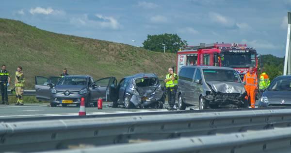 Ernstig ongeluk zorgt voor ravage en twee gewonden bij Nijkerk.