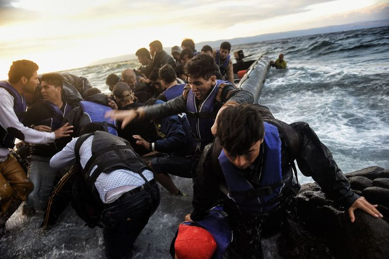 Vluchtelingen komen aan op Lesbos. Beeld afp