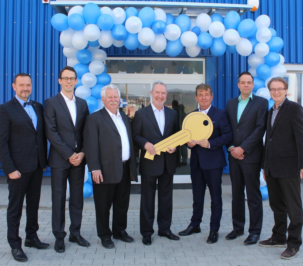 Neways-topman Huub van der Vrande (derde van rechts) bij de symbolische overhandiging van de sleutel van de nieuwe productiehal in Decin in Tsjechië.
