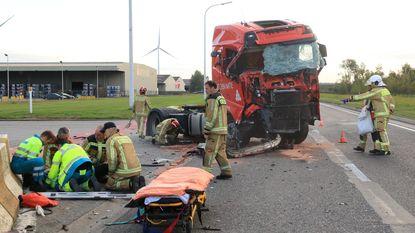 Vrachtwagenchauffeur zwaargewond bij aanrijding