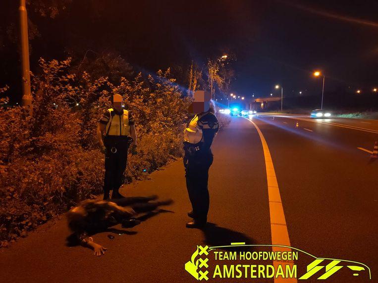 Man ligt op de vluchtstrook. Beeld Politie Amsterdam.