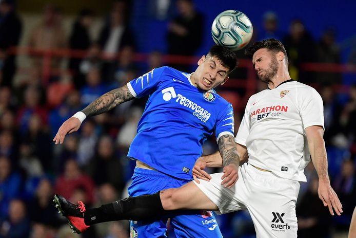 Getafe-verdediger Mathias Oliveira in duel met Sergi Gomez van Sevilla.