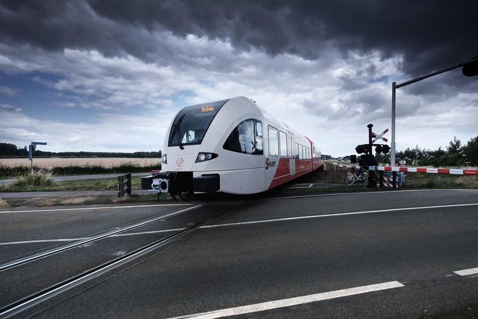 De spoorwegovergang in de Babberichseweg in Zevenaar. Na aanleg van het dubbelspoor komt er een tunnel voor fietsers en voetgangers. Automobilisten en vrachtwagenschauffeurs moeten omrijden. Foto: Jan van den Brink