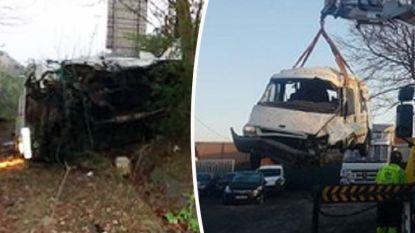 Bestuurder van gecrashte bestelwagen met 14 illegalen was minderjarig, vijf mensen in levensgevaar