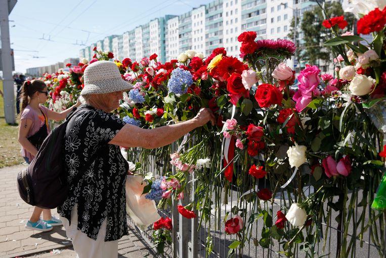 Inwoners van de Wit-Russische hoofdstad Minsk leggen bloemen op de plaats waar een aanhanger van de oppositie werd gedood. Beeld EPA