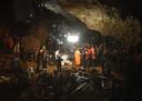De internationale reddingsploeg die de jongens uit de grot moest halen, kwam al snel voor grote dilemma's te staan.