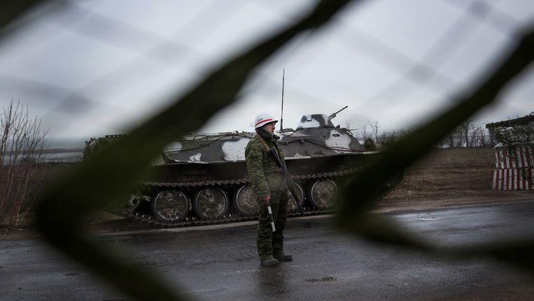 Een pro-Russische seperatist houdt de wacht bij een wegopbreking. Beeld getty