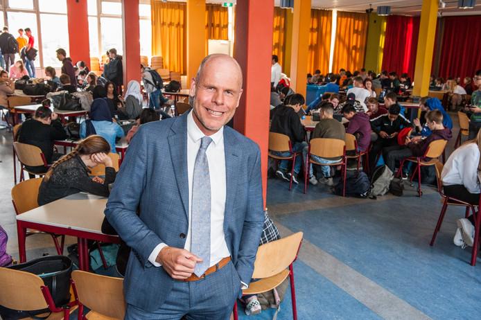 Vmbo-directeur van De Goudse Waarden Philip Lommers in de aula tussen de scholieren tijdens de lunch.