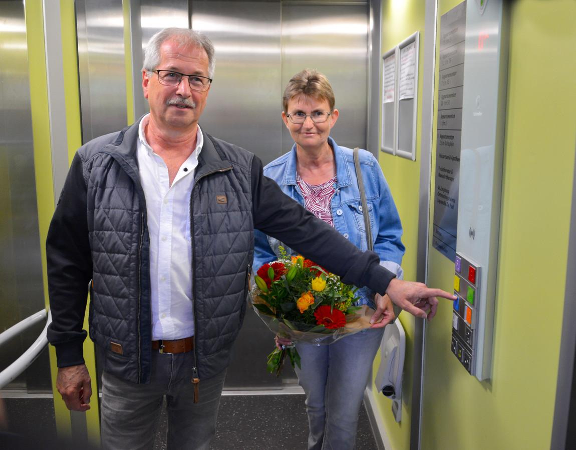 Marcel van Veghel en zijn vrouw Willemien naast het nieuwe liftpaneel in Liessel
