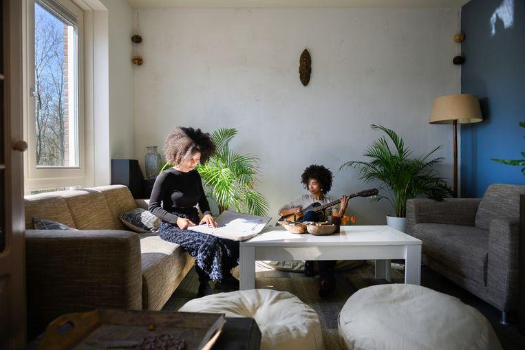 Bewoners Samaa Roseboom en Shishani Vranckx in hun woning in het idealistische woonproject Diamondiaal  Beeld