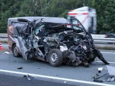 Grote ravage op A1 bij Barneveld nadat bestelbus op vrachtwagen botst