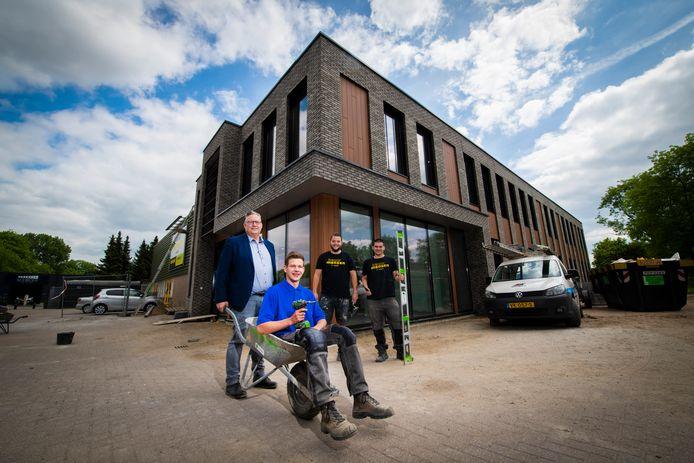Martien van Reen, directeur Bouwmensen kruit leerling-timmerman Matthijs Toorn.