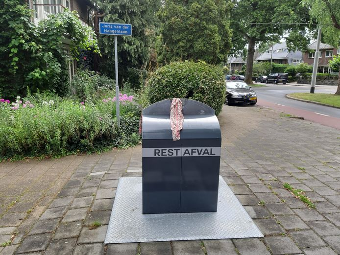 Ondergrondse container voor restafval in de Arnhemse wijk Hoogkamp, waar amper sprake is van rotzooi ernaast.