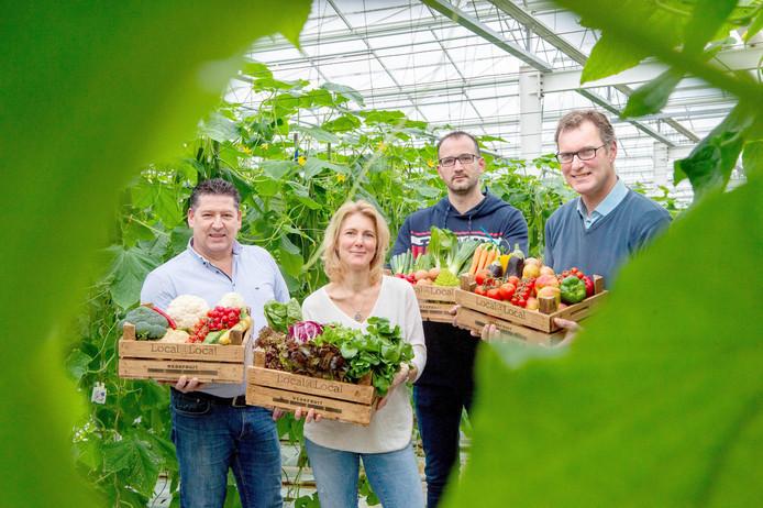 De telers en de leverancier, van links naar rechts Tonny van Eldijk, Cindy Vermeulen, eierboer Bas Gerrits en Rob Janssen. Ze staan in de komkommerkas van Jevoro in Rijkevoort.