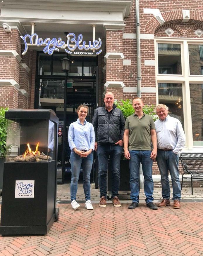 John Vermeer met de nieuwe eigenaren Martin en Selina Kalkhoven.
