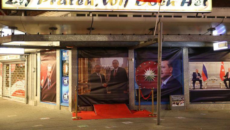 De posters in de etalage van het wedkantoor in Rotterdam zijn inmiddels in beslag genomen. Beeld anp